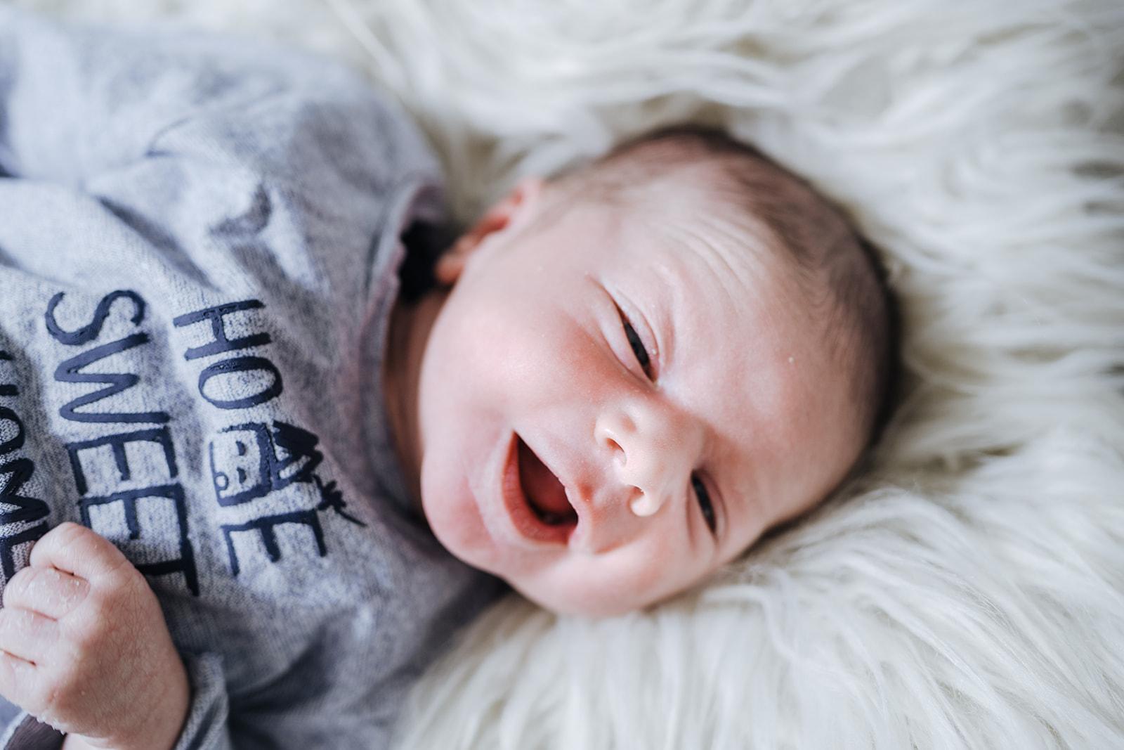 Baby, Babyboy, sohn, schwester, bruder, tochter, newborn, neugeboren, junge, mädchen, kind, liebe, mama, papa, vater, mutter, tübingen, reutlingen, stuttgart, blau, mütze, wolle, strick, babyshooting, babyfotografie, fotografie, newbornshooting, shooting, zuhause, daheim, shootingtag